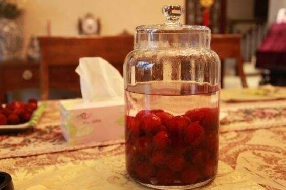 杨梅酒保质期多久_杨梅酒泡2年还能喝吗,杨梅酒的保质期多长(1年)