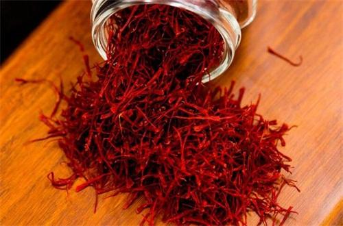 藏红花是什么样子的,是红色的细长线形花丝