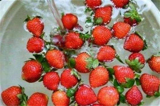 草莓怎么清洗,清水洗后用盐水浸泡