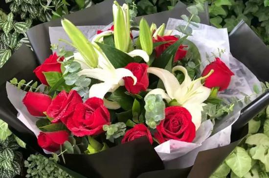 送百合和玫瑰花束代表什么