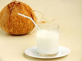 椰子汁的功效:清凉消暑 驻颜美容