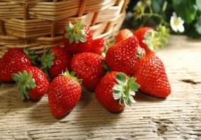 草莓怎么洗:流动先冲,盐水后浸