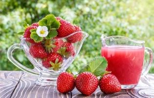 草莓果汁怎么做:草莓加白糖以10:1的比例直接榨汁