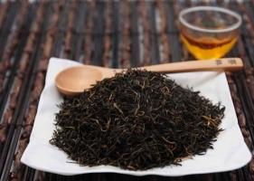 黑茶是什么茶:黑茶為后發酵茶,屬于六大茶類之一??,采用較粗老原料制成