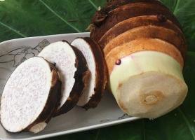 芋头的做法:糖尿病人忌食;挑选皮较老,头部纹络密且多的品质最佳。