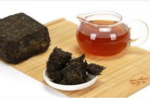 如何鉴别黑茶的好坏:好的黑茶色泽偏黑而有光泽,茶水色橙黄而明亮,香气纯正