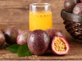 百香果泡水的正确方法:不要用热水冲泡,否则会破坏果肉营养还会让果汁更酸