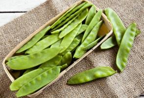怎样区分豌豆和荷兰豆:荷兰豆长得宽扁,豌豆长得圆胖